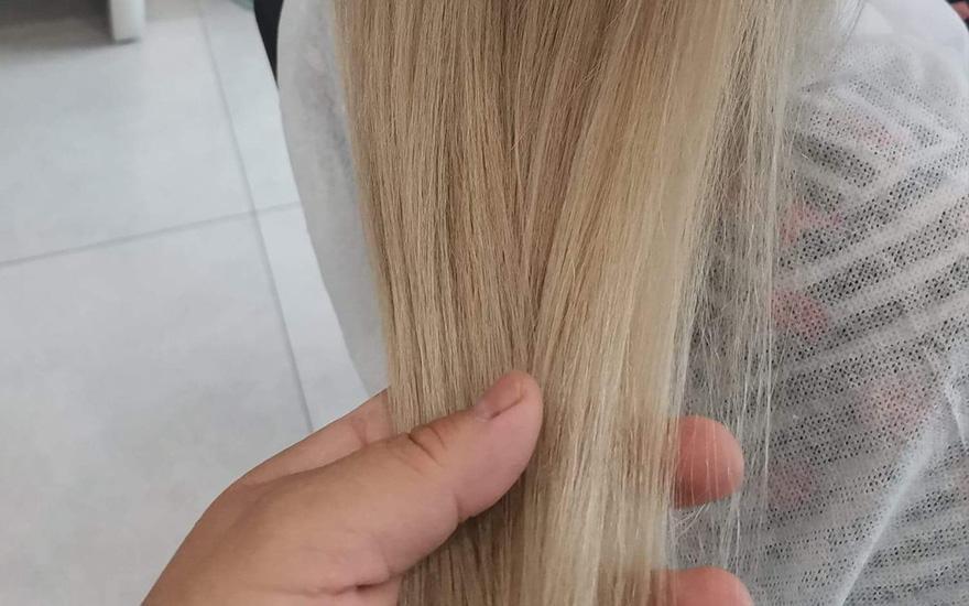zabiegi nawłosy długie blond włosy